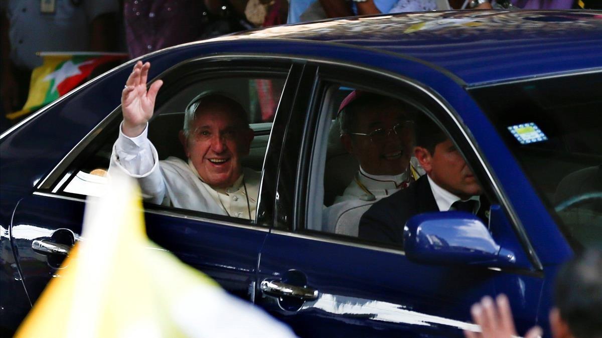 La comitiva del Papa circula por las calles de Rangún.