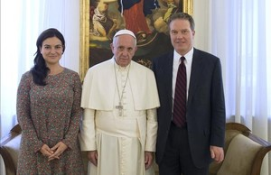 El papa Francisco posa junto a Paloma García Ovejero y Greg Burke.