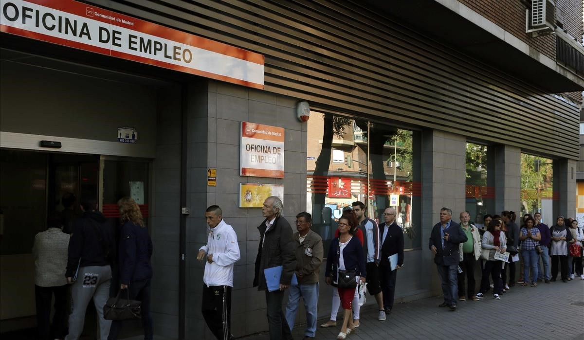 Colas de desempleados en una oficina del barrio de Arganzuela, en una imagen de archivo.