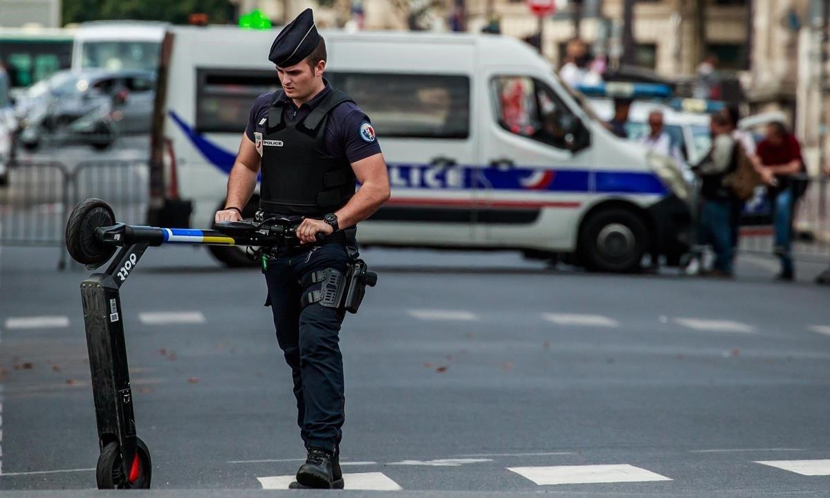 Un policía retira un patinete eléctrico en una calle de París, el lunes pasado.