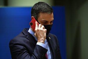 Pedro Sánchez habla por teléfono, el lunes,durante la cumbre de la UE.