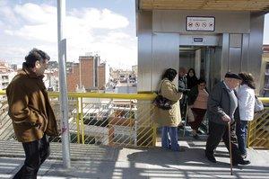 Personas esperando un ascensor.