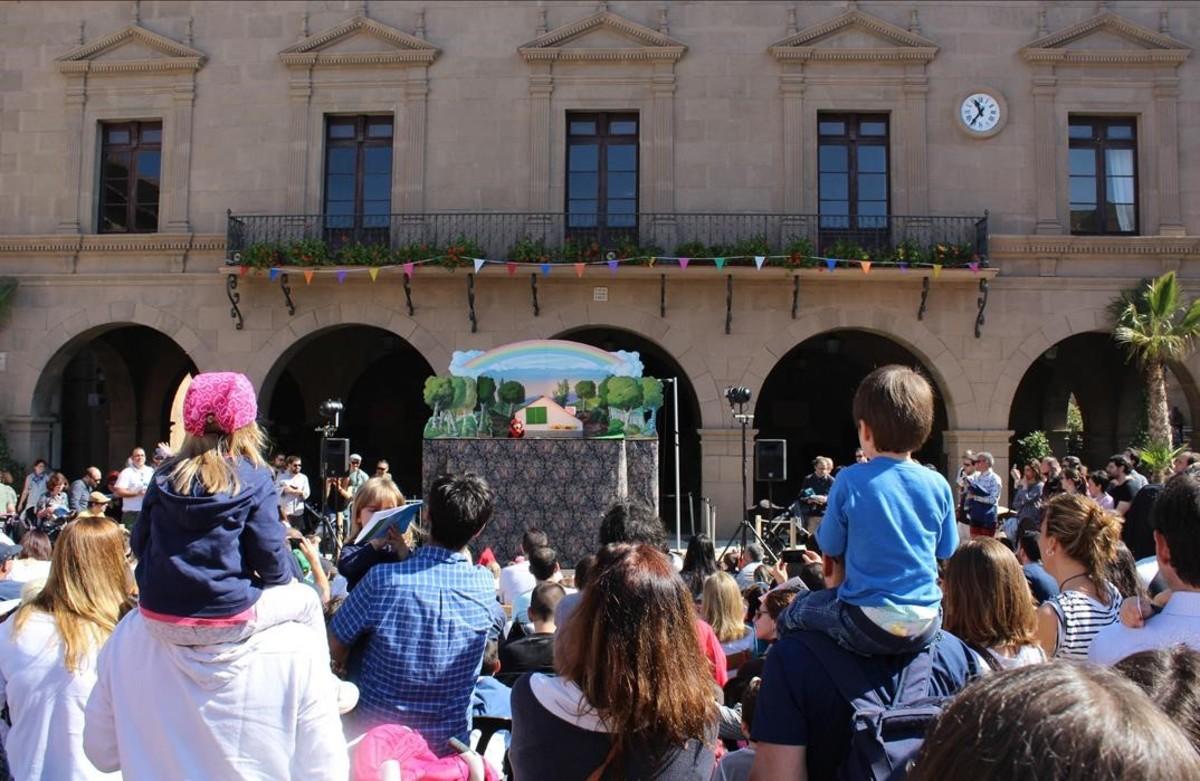 Doble ración de tradición: 'calçots' y marionetas en el Poble Espanyol