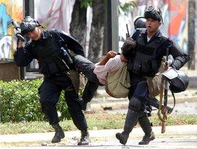 Policías de Nicaragua deteniendo a personas durante las protestas sociales.