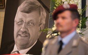 Un guarda de honor junto a la foto del político alemán asesinado Walter Lübcke durante el funeral en la iglesia deSt. Martin en Kassel.