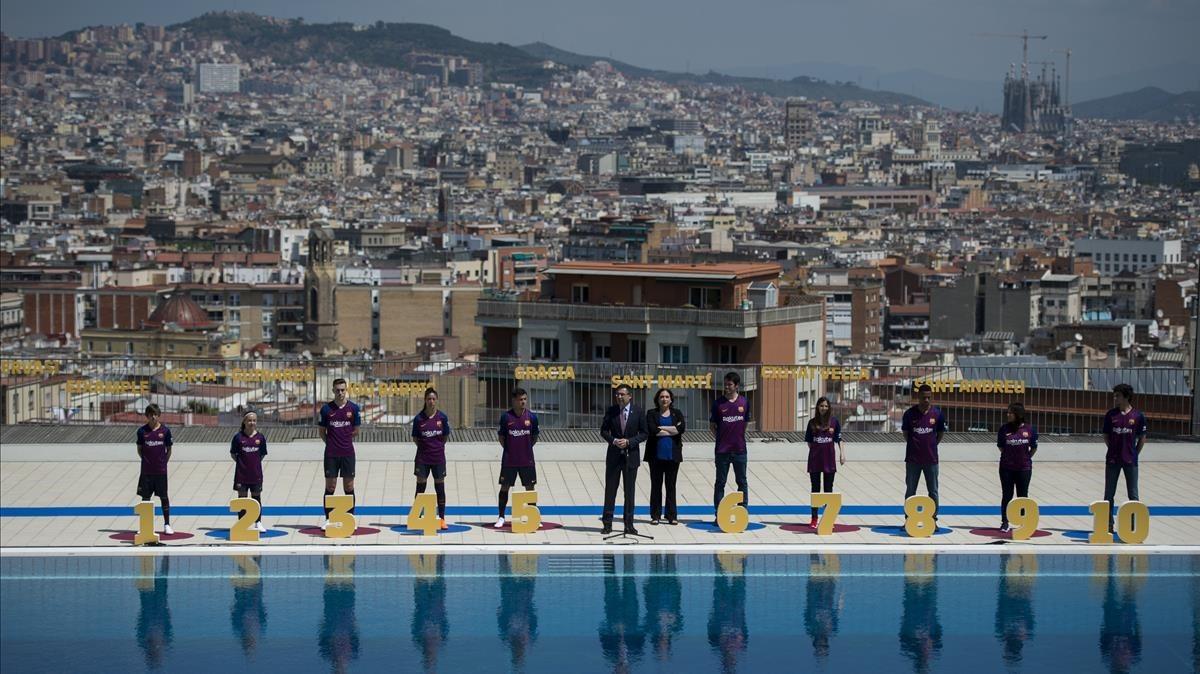 El presidente del FC Barcelona y la alcadesa, Ada Colau, durante la presentación la nueva equipación para la próxima temporada.