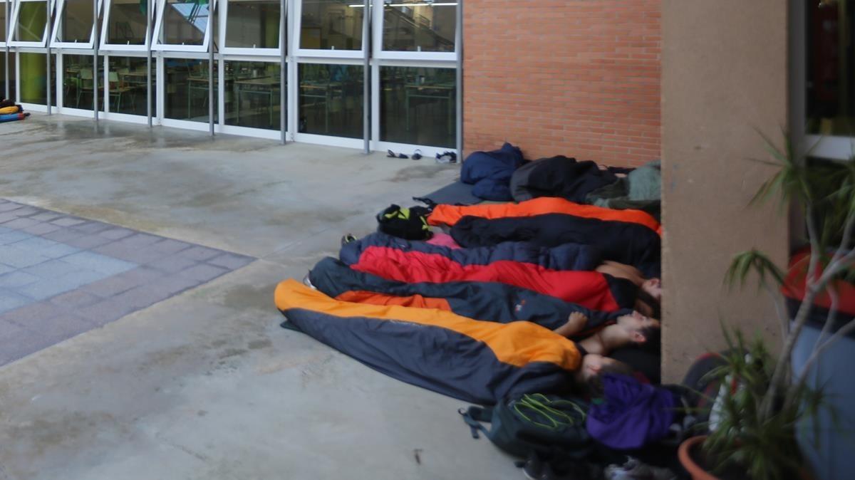 Primer amanecerde las personas que han ocupadola escuela Tabor, de Barcelona.