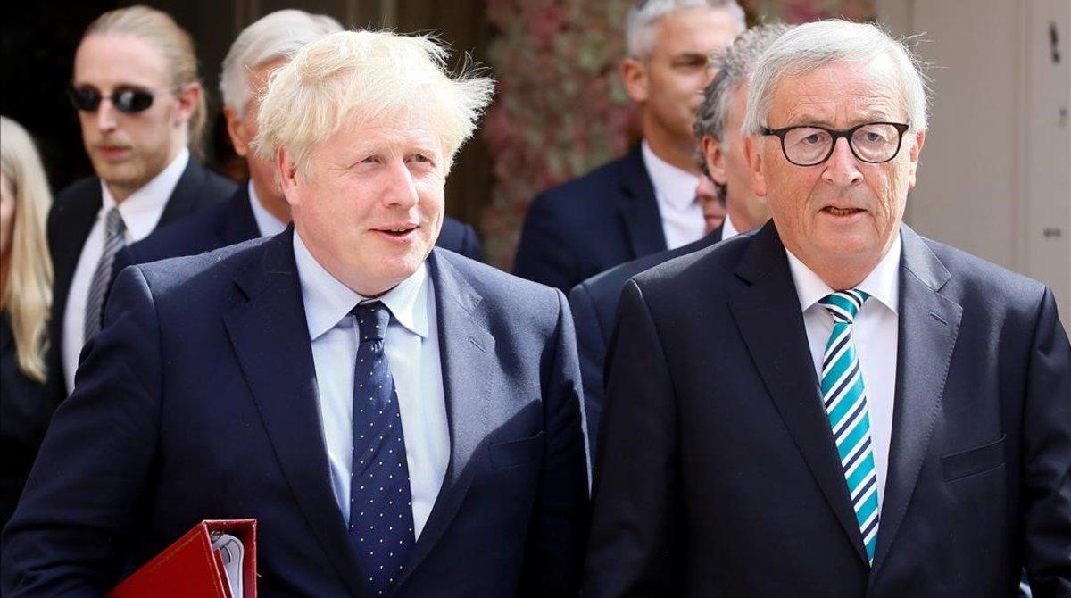 El primer ministro británico, Boris Johnson, y el presidente de la Comisión Europea, Jean-Claude Juncker, este lunes, en Luxemburgo.