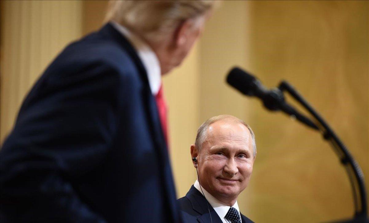 Putin observa a Trump durante una intervención en una rueda de prensa conjunta en Helsinki, el pasado julio.