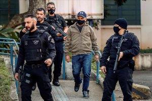 Queiroz, en el centro, tras ser arrestado en la ciudad de Atibaia.