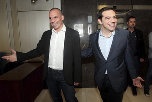 El ministro griego de Finanzas, Yanis Varoufakis, acompaña al primer ministro griego, Alexis Tsipras, el pasado mayo.