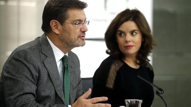 El ministro Rafael Català y la vicepresidenta Soraya Sáenz de Santamaria, tras el Consejo de Minitros