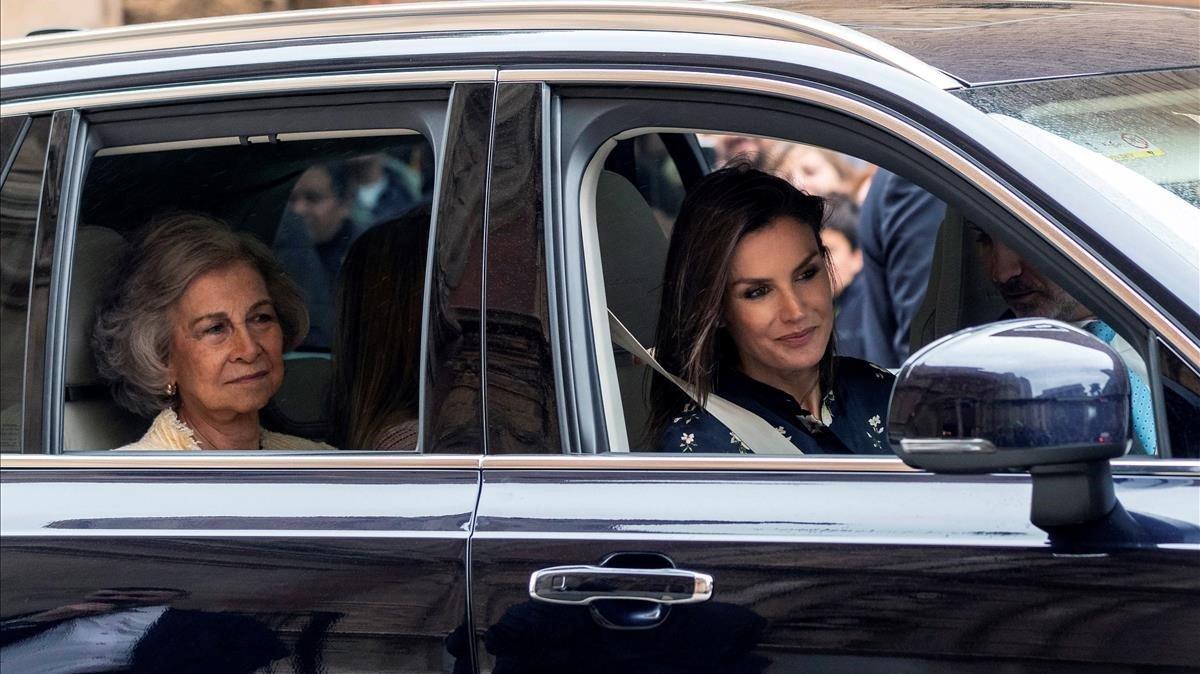 La reina Letizia y la reina Sofía, en el coche que las llevó a la misa del Domingo de Resurrección en la catedral de Palma.