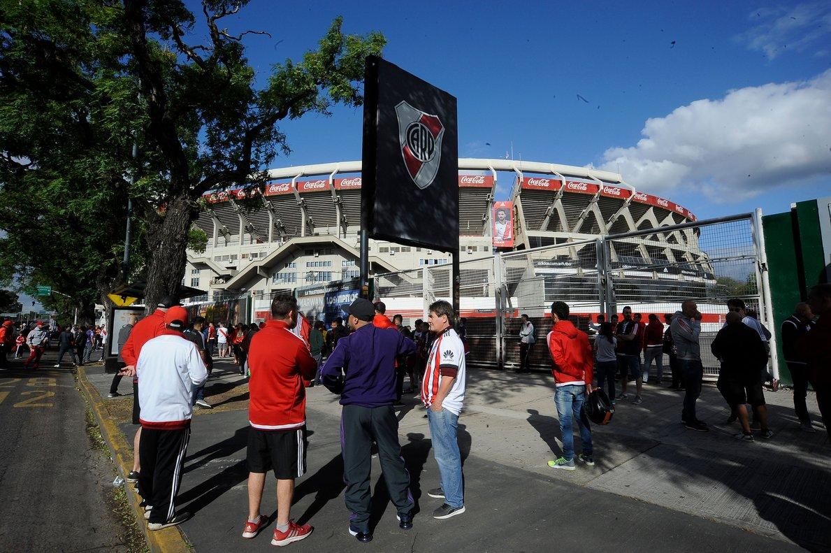 Aficionados del River, ante el estadio Monumental, el pasado sábado.