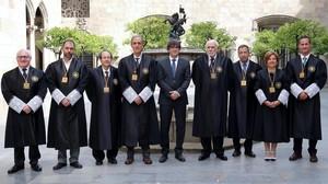 El 'president' Puigdemont, con los miembros del Consell de Garanties (a su derecha, Joan Egea), este viernes en el Palau de la Generalitat.