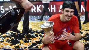 Nando de Colo, la estrella del CSKA, con el trofeo de campeones de la última Euroliga.