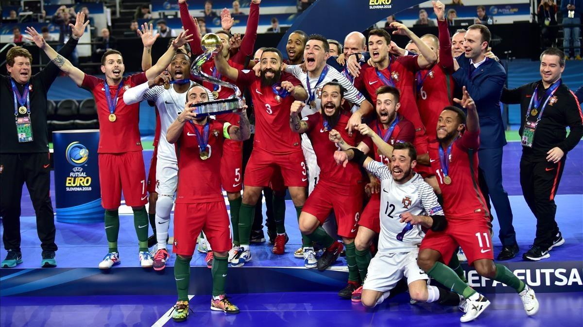 La selección portuguesa celebra el título conquistado en Liubliana.