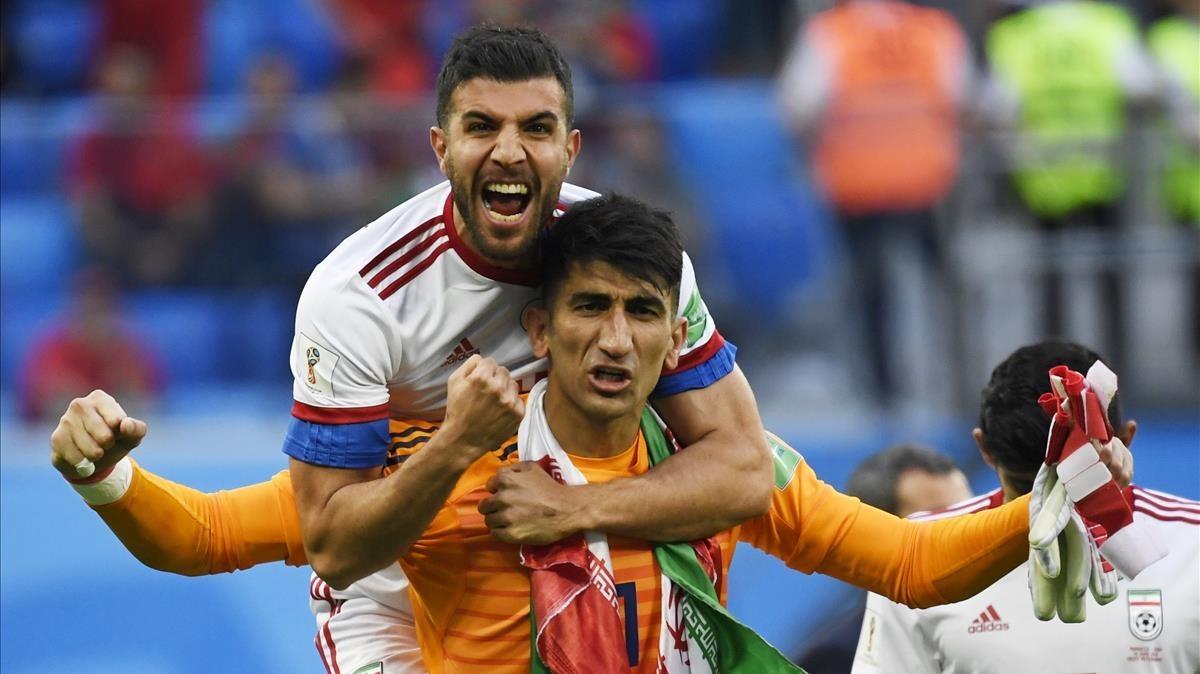 Beiranvand, el portero de Irán, celebra el triunfo sobre Marruecos, junto a un compañero.