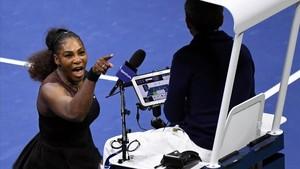 Serena Williams se enzarza con el juez de silla.