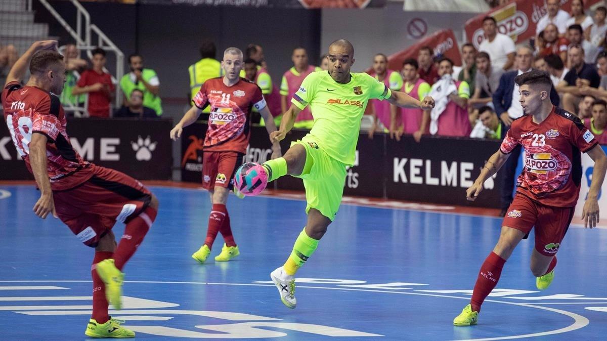 Leo Santana conecta un disparo en el partido de este sábado en Murcia.
