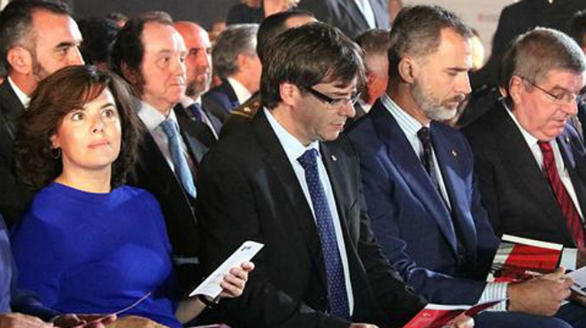 Santamaría, Puigdemont y el rey Felipe en el CAR de Sant Cugat