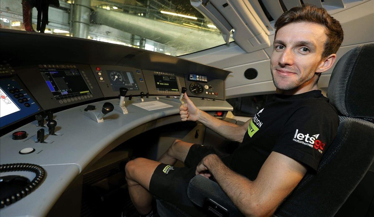Simon Yates, en la cabina del maquinista del tren AVE que este domingo condujo a los ciclistas de la Vuelta desde Lleida a Madrid.