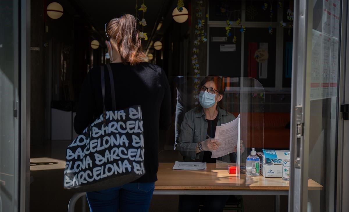 Una persona realiza la preinscripción presencial en la escuela Coves d'en Cimany, de Barcelona.