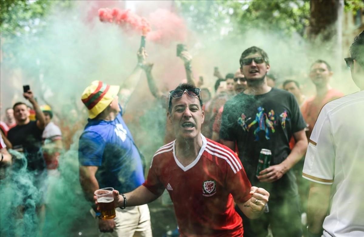 Seguidores galeses en el centro de Toulouseantes del partido de fútbol contra Rusia.