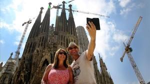 Unos turistas se hacen un selfi en la Sagrada Família.