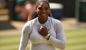 Serena Williams se golpea el pecho feliz, tras pasar a la final de Wimbledon.