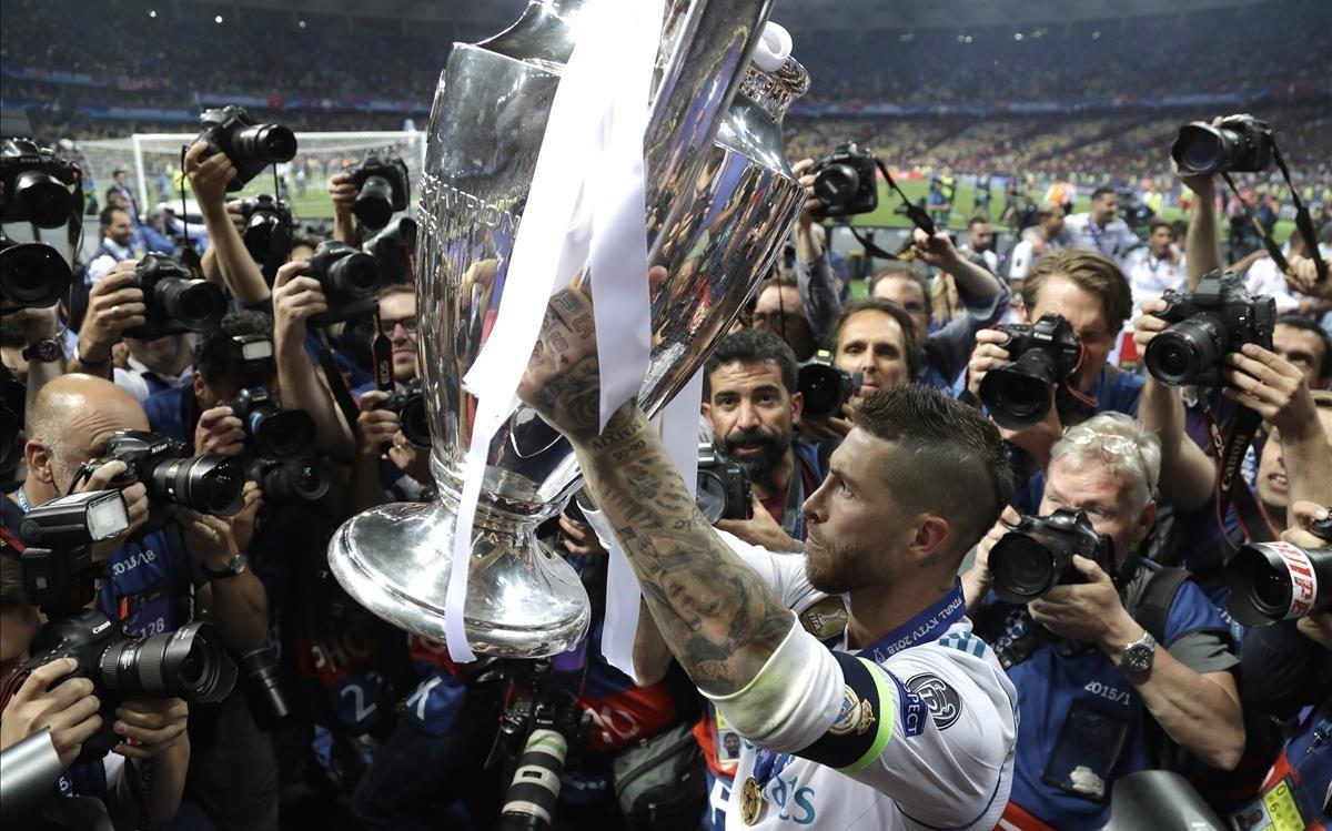 Sergio Ramos levanta la Champions en el estadio Olímpico de Kiev.