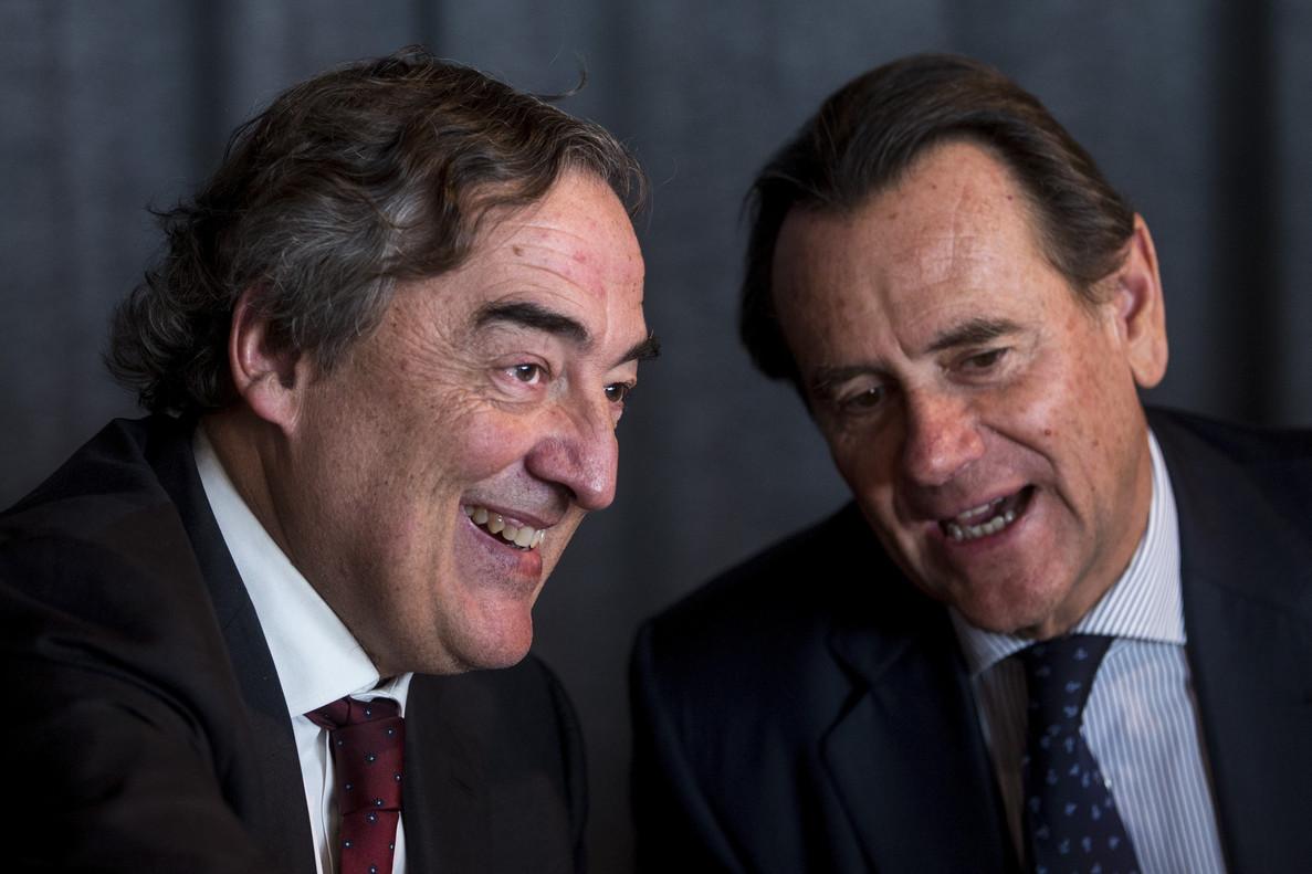 El presidente de la patronal CEOE, Juan Rosell (i), y el presidente del Puerto de Barcelona, Sixte Cambra (d),en una conferenciasobre el escenario económico y empresarial actual.