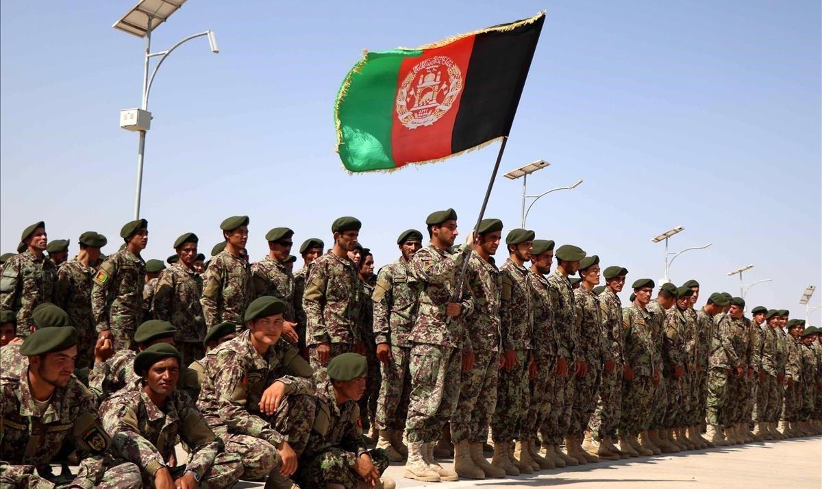 Soldados afganos asisten a su ceremonia de graduación en Herat, Afganistán
