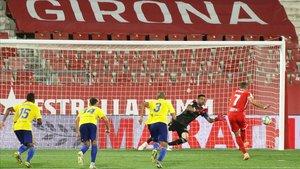Stuani marca de penalti el segundo gol al Cádiz.