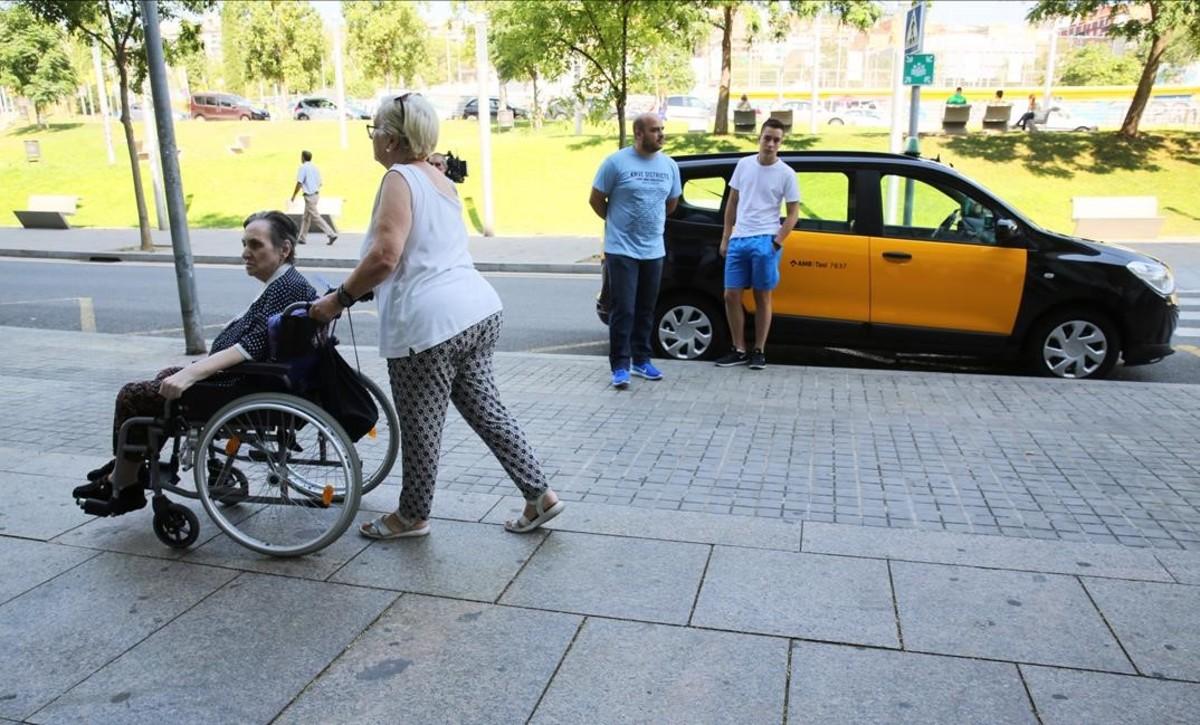 Taxi recogiendo a enfermos en el Hospital de Sant Pau.