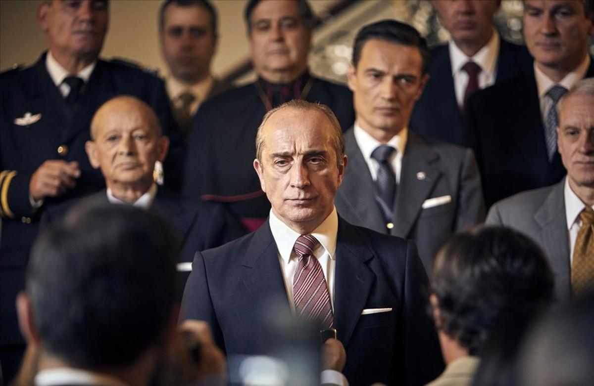 Imagen de De la ley a la ley, con Gonzalo de Castro caracterizado como Torcuato Fernández-Miranda.