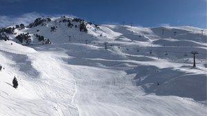 La temporada de esquí acaba con mucha nieve en las pistas.