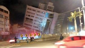 Uno de los edificios afectados por el terremoto en Taiwan.