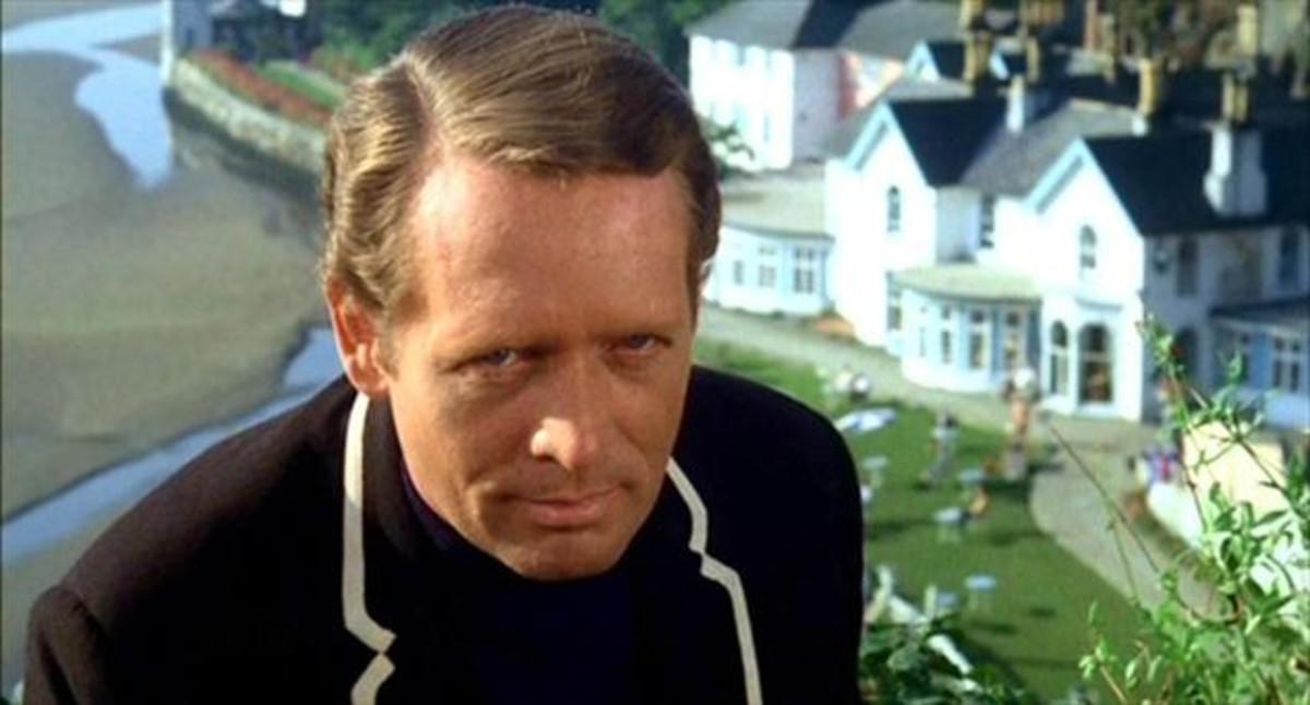 Patrick McGoohan, con The Village al fondo, en una imagen de El Prisionero.