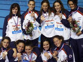 Tina (arriba, primera por la izquierda) junto al equipo que conquistó el bronce en el Mundial de Melbourne 2007