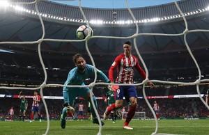Torres supera a Dani en la jugada en que Mandi sacó el balón sobre la línea de gol.