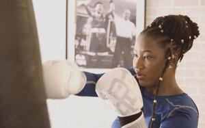 Toufah Jallow, practicando boxeo en Canadá, donde recibió asilo tras huir de Gambia.