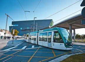 Un tramvia circula per davant del DHub, a la plaça de les Glòries, ahir.