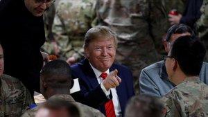 Trump bromea con los soldados durante la comida, en la base de Bagram en Afganistán.