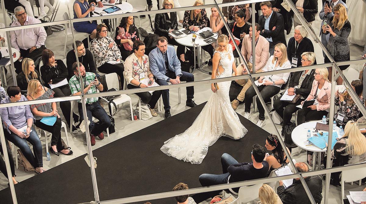 Una modelo desfila con un vestido de novia en la pasada edición de la feria nupcial.