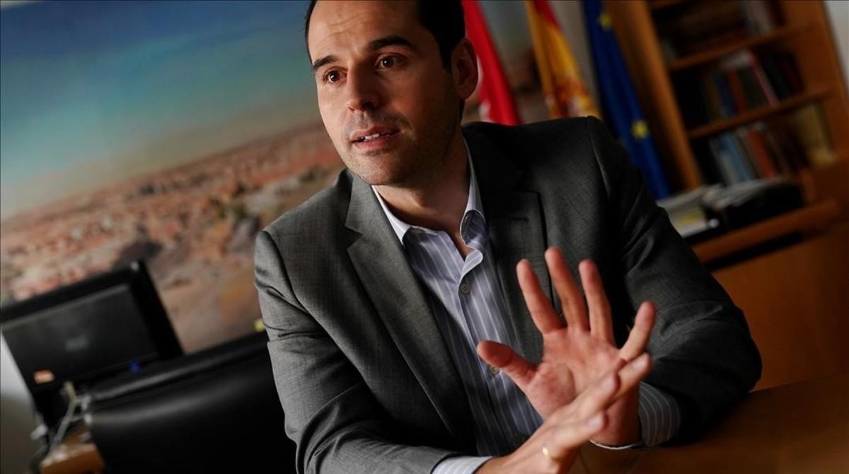 Ignacio Aguado, durante la entrevista en la Asamblea de Madrid, este jueves.