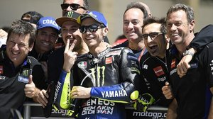 Valentino Rossi (Yamaha) celebra con los miembros de su equipo y amigos el segundo puesto en la parrilla de Austin.
