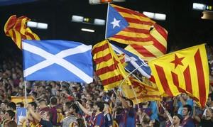Diverses estelades i una bandera escocesa a les grades del Camp Nou.