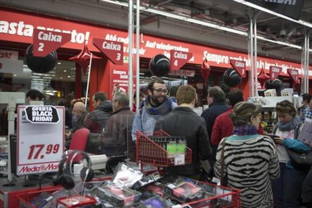 Varios ciudadanos hacen cola para pagar en el Media Markt de La Maquinista.