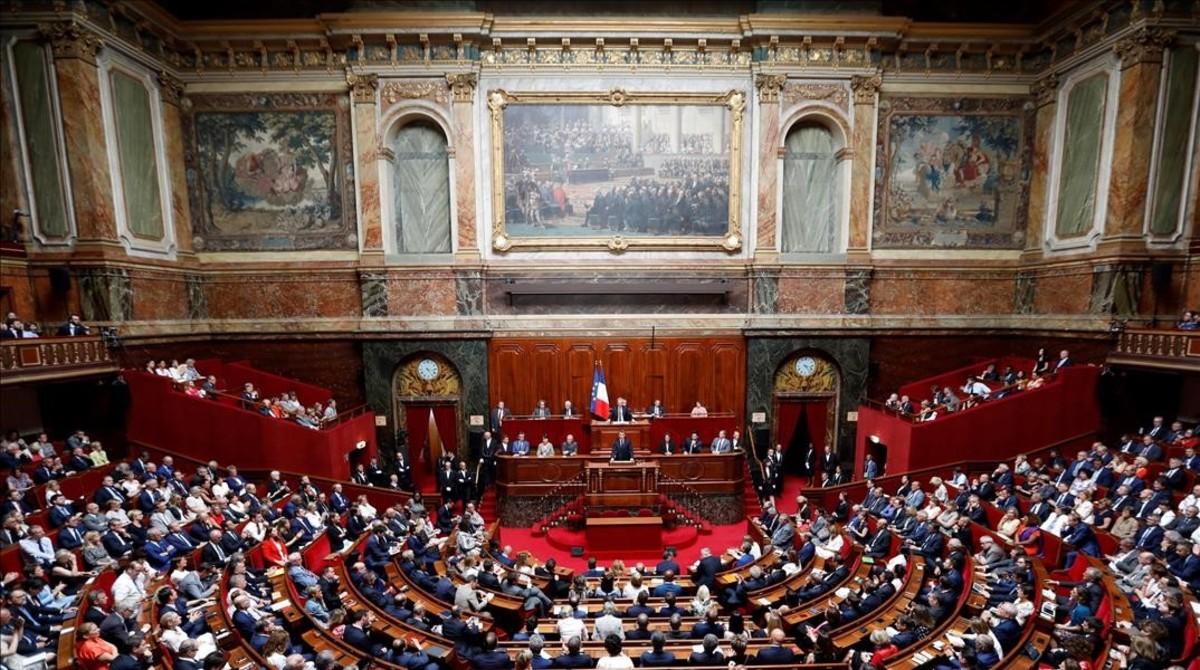 Vista del Congreso de Versalles con Macron en la tribuna.